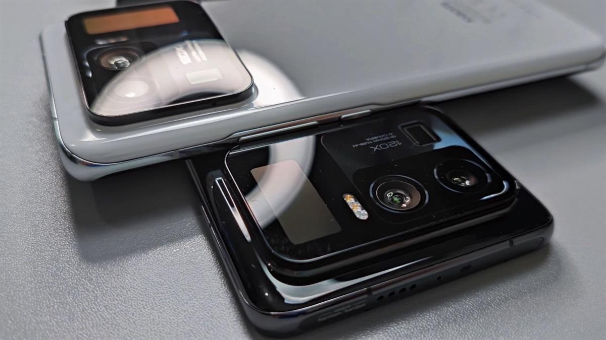 Xiaomi Mi 11 Ultra in black and white
