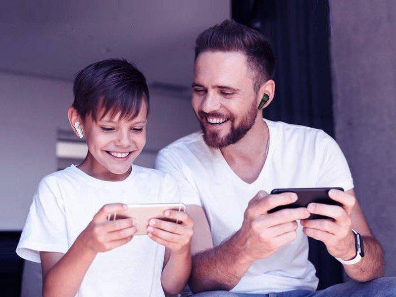 kmouk-gaming-earbuds-lifestyle.jpg