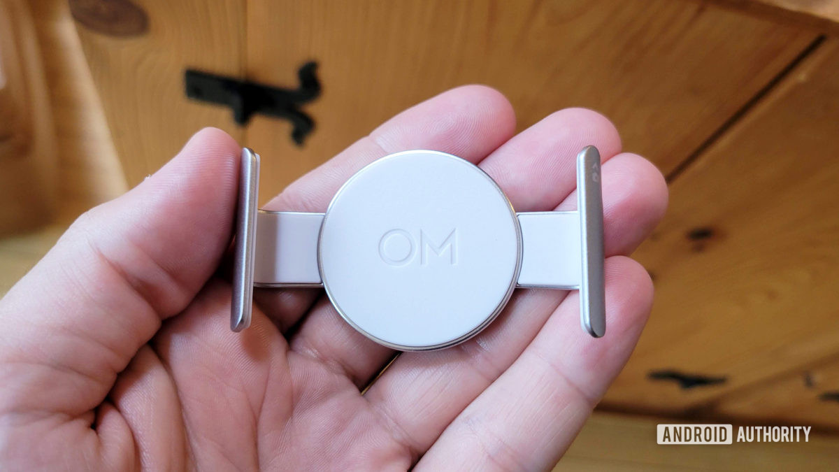 DJI OM 5 Review Magnetic Mount Clip In Hnad